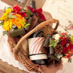送料無料 愛らしいスタイルの赤ワイン(レ・ゼキサゴナルピノ・ノワール)と暖かい赤バラの花束のフラワーバスケット