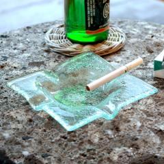 ガラスで出来たスクエア型アッシュトレイ(13110) 灰皿 煙草 喫煙 プレート トレー ガラス びいどろ 透明 角 正方形 アジアン マルチ アク