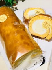 低糖質、しっとりチーズの香る生地、ふんわり食感のレアチーズクリームを巻いたスフレチーズロールケーキ