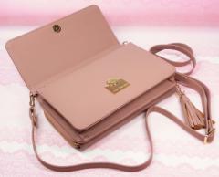 【こちらは肌色ピンク】ミニショルダーバッグ。大きめのスマホを入れたり、化粧品を入れたりに便利。