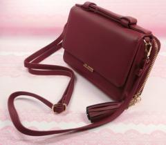 【ワインレッド】ミニショルダーバッグ。大きめのスマホを入れたり、長財布代わりとして使うのに重宝します。