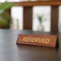 木製卓上プレート(三角形) RESERVED   アジアン雑貨 バリ リザーブド 卓上サイン 予約席 ご予約席札 おしゃれ バリ雑貨 インテリア ココ