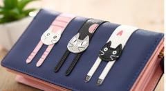 長財布 ネコ飾り 二つ折り長財布 ジッパー小銭入れあり 1枚写真入れ 三匹の猫ちゃんがだらーんとしてて表も後ろも可愛い/全5色