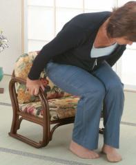 【すぐ使えるクーポン進呈中】【送料無料!ポイント2%】立ち座りラクラク!和室にも洋室にもマッチ!籐思いやり座敷椅子 S110B