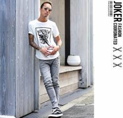 夏のラフなデニムパンツスタイルにはプリントTシャツがマスト。