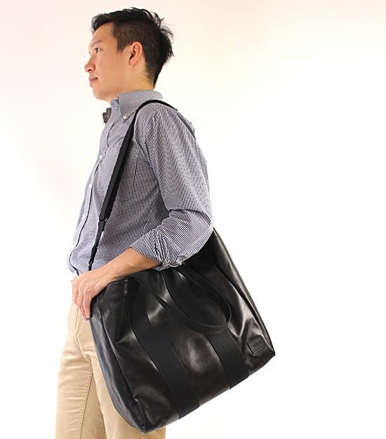 色々な持ち方ができるB4対応のトートバッグ モデル写真