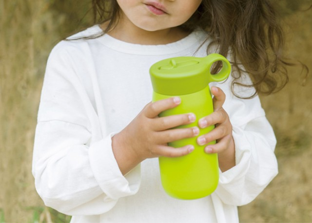 ハンドルリング付ストロー水筒,親子で使えるデザイン